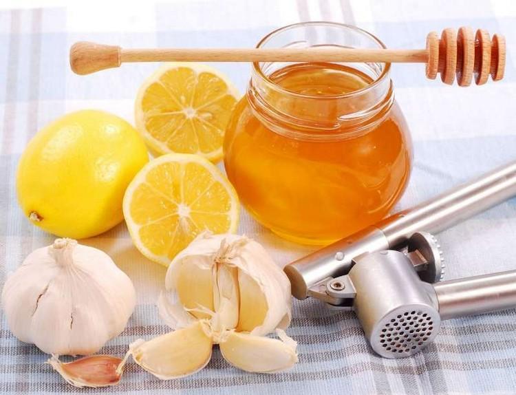 Мед, чеснок, лимоны и другие компоненты для лекарств от подагры можно найти у каждого на кухне