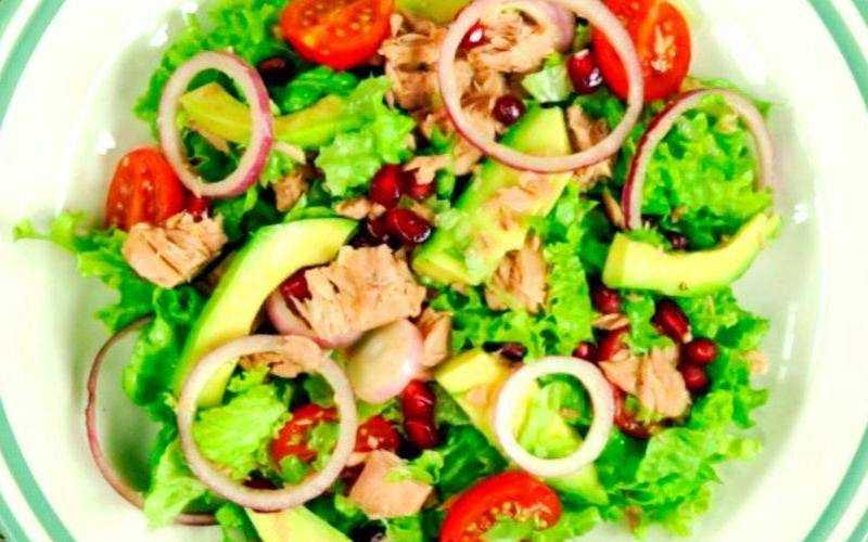 Чудо-салат с тунцом, авокадо и гранатом