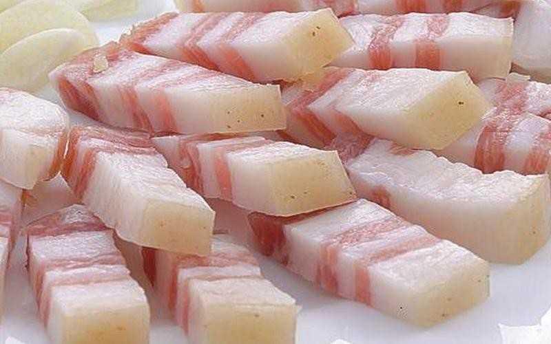 Сколько калорий в свином сале соленом, свежем, вареном, копченом, с прослойкой мяса в 100 граммах? Сколько сала можно есть в день?
