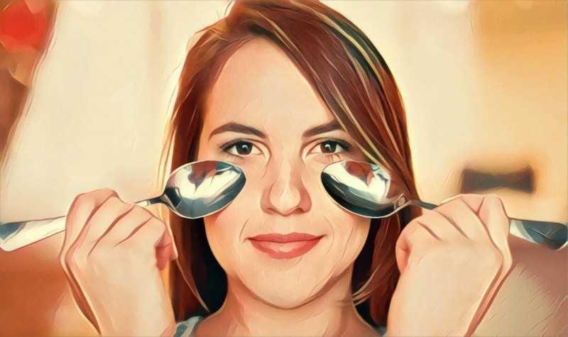 Подержите чайные ложки под глазами
